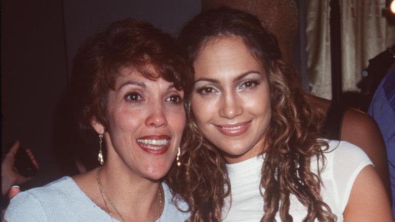 Jennifer Lopez y Lupe Lopez sonriendo
