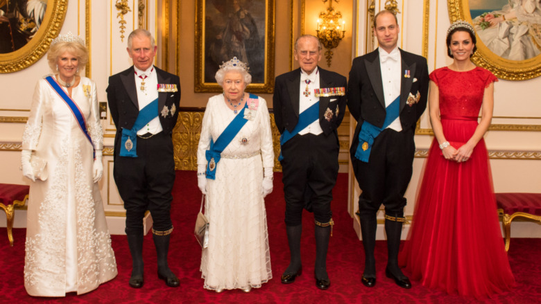 Camilla Parker Bowles, el príncipe Carlos, la reina Isabel II, el príncipe Felipe, el príncipe William y Kate Middleton en un evento real