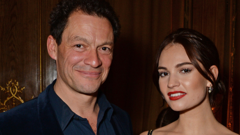 Dominic West y Lily James sonriendo