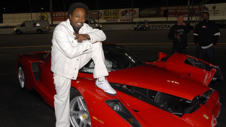 Eddie Griffin posando con un Ferrari Enzo destrozado