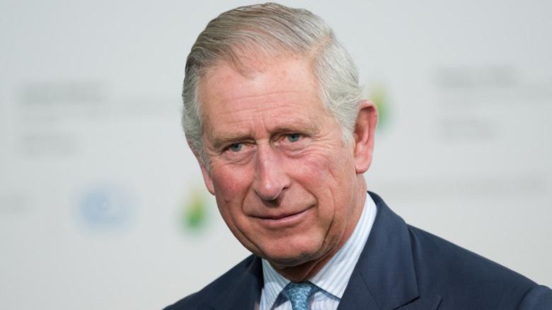 El príncipe Carlos sonriendo
