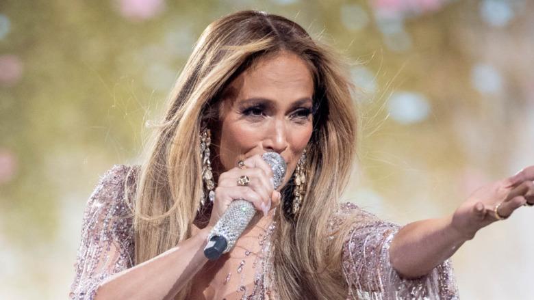 Jennifer Lopez canta durante Vax Live de Global Citzen