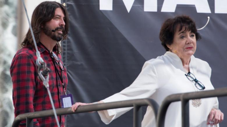 Dave y Virginia Grohl en el escenario