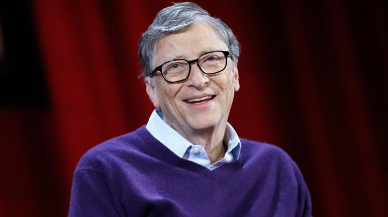 Bill Gates habla en un panel en 2018