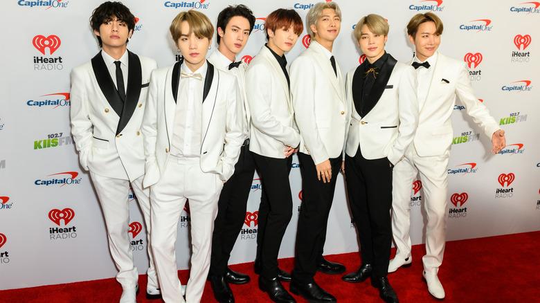 BTS posando en la alfombra roja