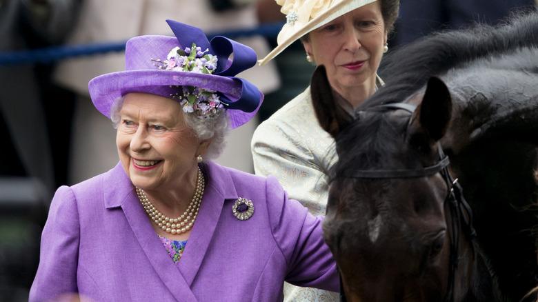 La reina Isabel y la princesa Ana con un caballo