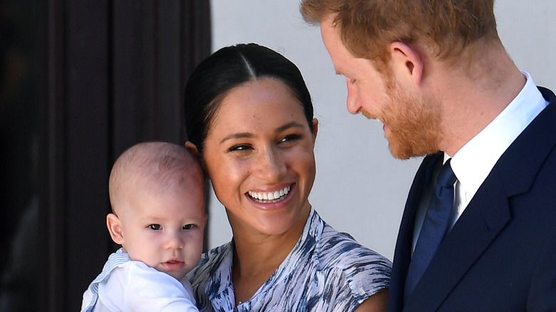 Archie, Meghan Markle y el príncipe Harry sonriendo