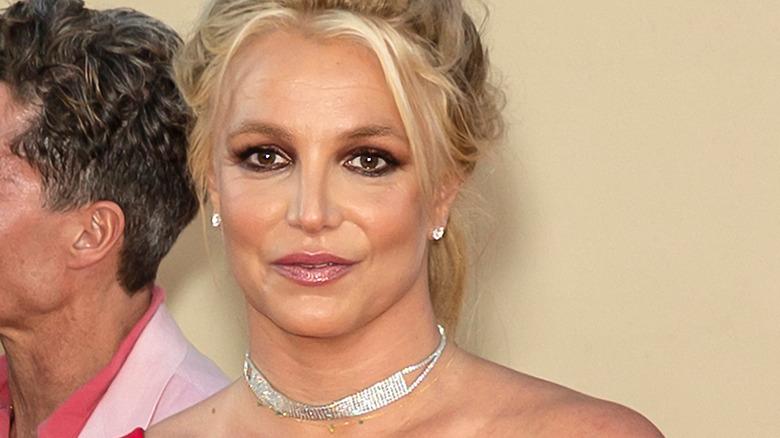 Britney Spears con el pelo recogido