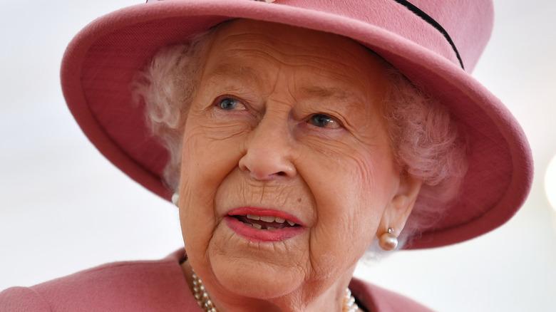 La reina Isabel con un sombrero rosa