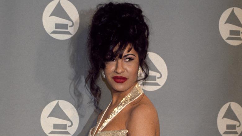 Selena Quintanilla posando en la alfombra roja