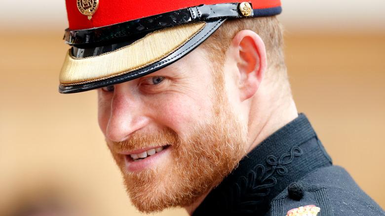 El príncipe Harry con atuendo real