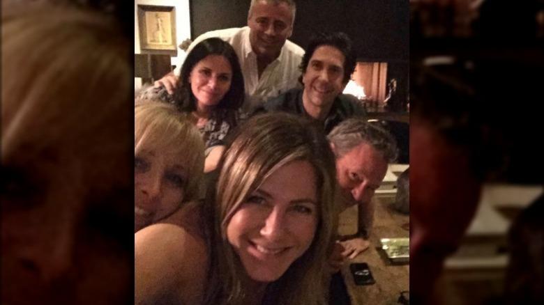Elenco de amigos tomando selfie