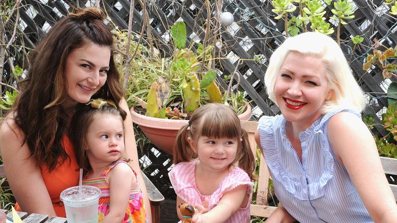 Rachel Reilly, Jessica Kiper y sus hijos sonriendo al aire libre