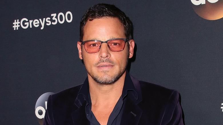 Justin Chambers luciendo sombrío