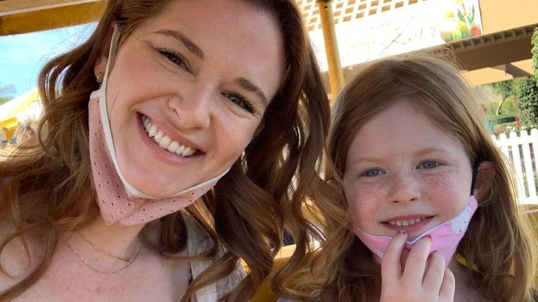 Sarah Drew y su hija Hannah Lanfer sonriendo