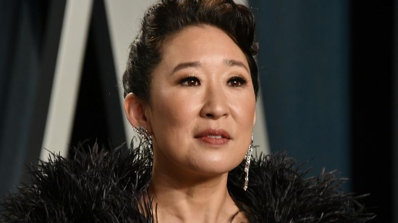 Sandra Oh mirando severa