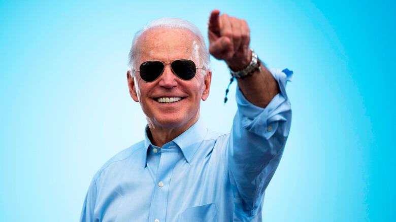 Joe Biden sonriendo y señalando