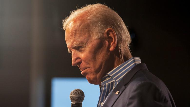 Joe Biden posa con un micrófono.