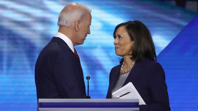 Joe Biden y Kamala Harris se miran