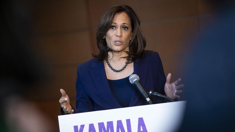 Kamala Harris hablando en un podio