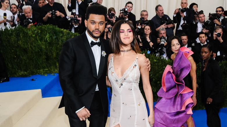 The Weeknd y Selena Gomez posan en las escaleras