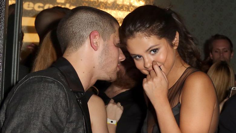 Nick Jonas hablando con Selena Gomez