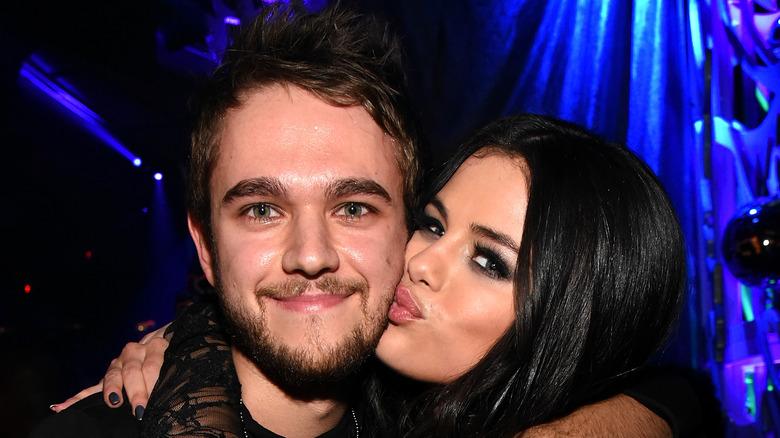 Selena Gomez besando a Zedd en la mejilla