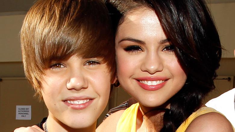 Justin Bieber y Selena Gomez sonriendo