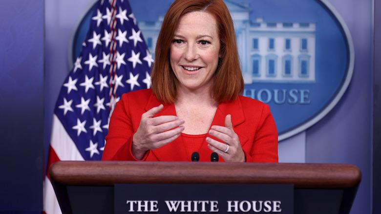 Jen Psaki, sonriendo, hablando con las manos, dando una rueda de prensa en la casa blanca en abril de 2021