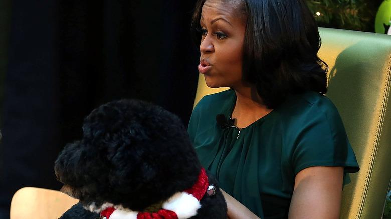 Barack Obama saluda a Bo el perro