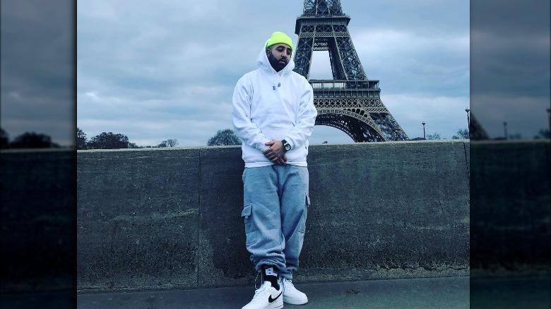 Jay Worthy posando frente a la Torre Eiffel