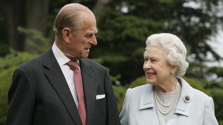 El príncipe Felipe y la reina Isabel II se miran