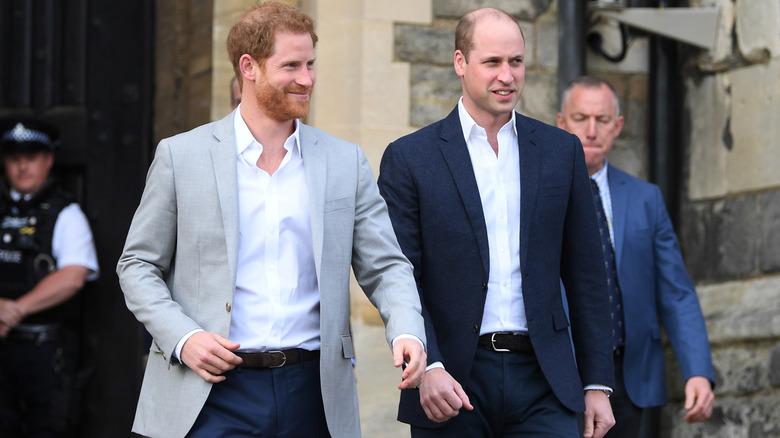 El príncipe Harry y el príncipe William caminando