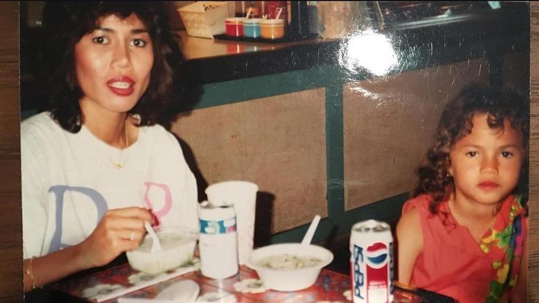 Chrissy Teigen de niña con mamá