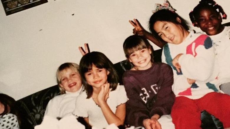 Chrissy Teigen de niña con amigos