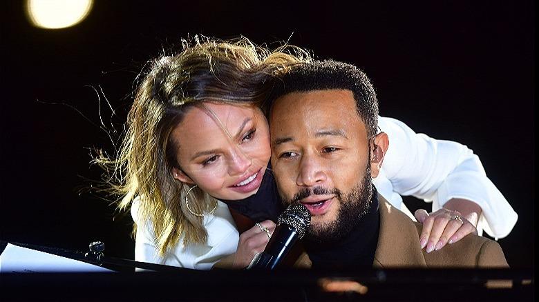 Chrissy Teigen abraza a John Legend en el escenario