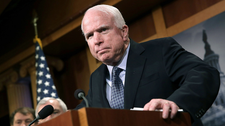 John McCain en el podio