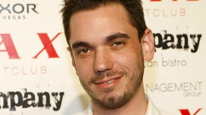 Adam Goldstein con una leve sonrisa.
