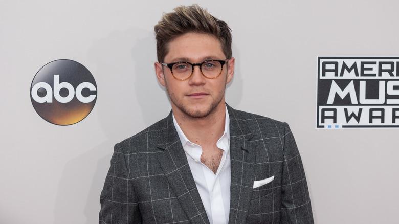 Niall Horan con gafas y traje