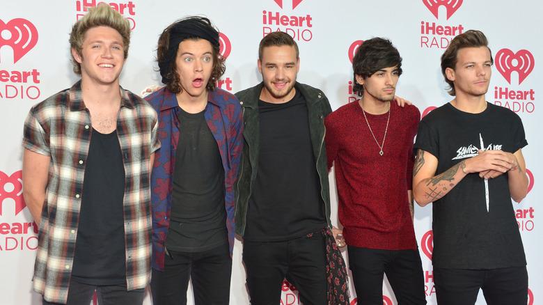 One Direction posando para una foto grupal