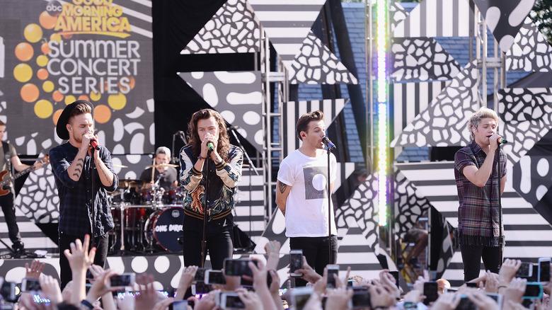 One Direction actuando en GMA