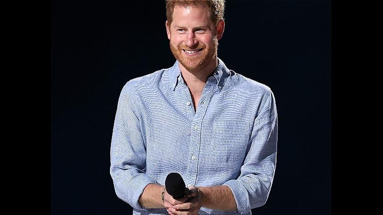 El príncipe Harry sonriendo en el escenario