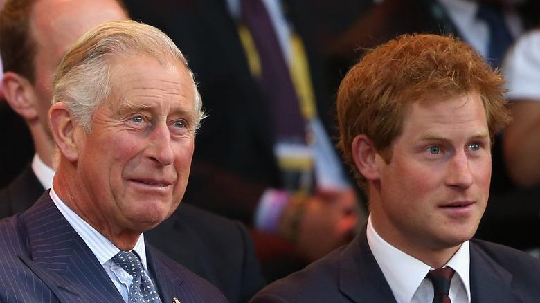 El príncipe Carlos y el príncipe Harry sentados juntos