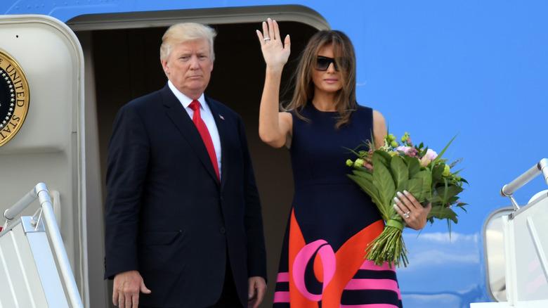 Donald y Melania Trump subiendo a un avión