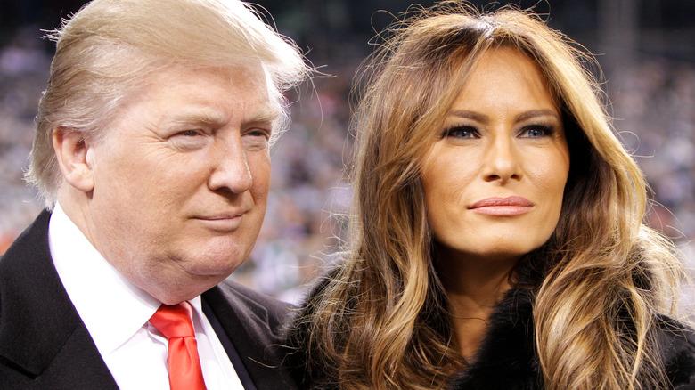 Donald y Melania Trump posando y sonriendo juntos