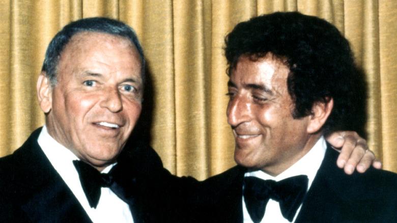 Frank Sinatra con el brazo alrededor de Tony Bennett