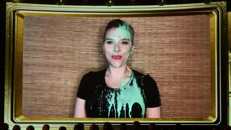Scarlett Johansson cubierta de limo verde