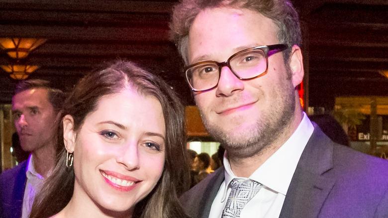 Seth Rogen y su esposa Lauren Miller, ambos sonriendo
