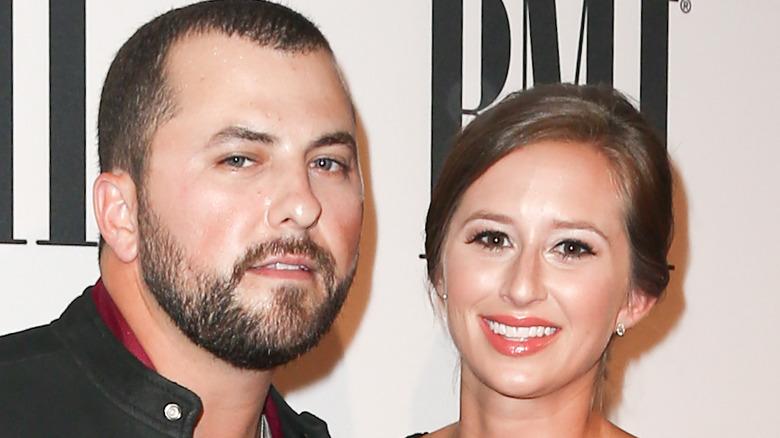 Tyler Farr y su esposa en un evento, sonriendo
