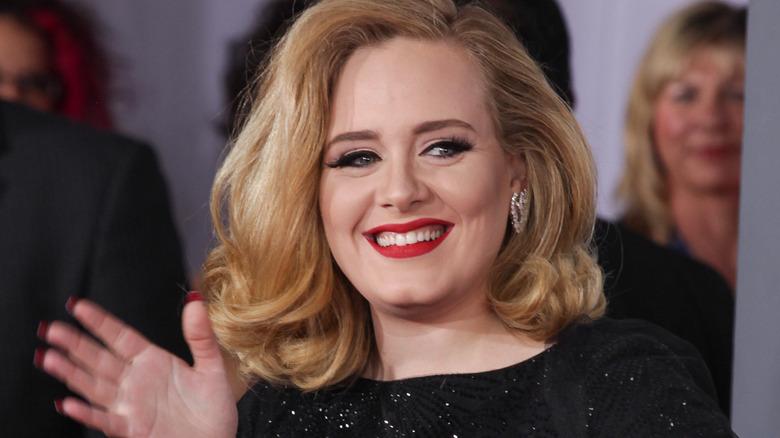 Adele sonriendo y saludando